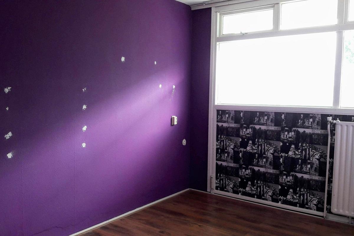 Paarse Accessoires Slaapkamer : D rendering slaapkamer in grijze en witte tinten met paarse